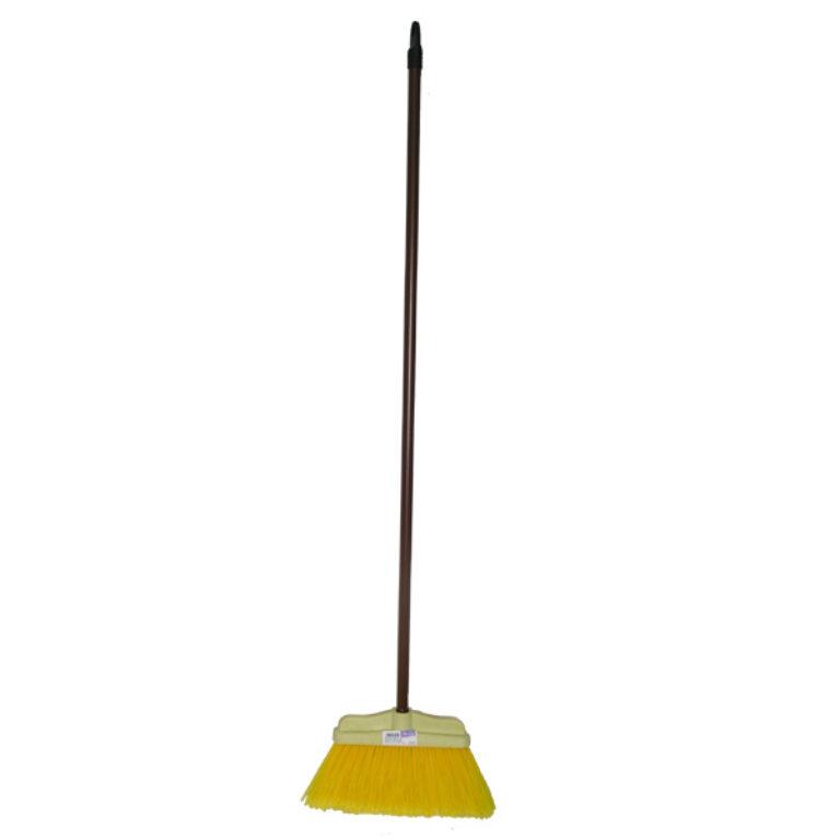 Domácí metla s tyčí